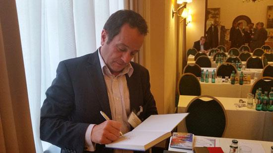 Peter Bergmann beim Signieren eines Buches